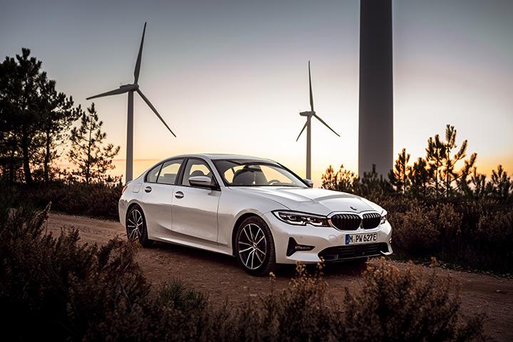 Az új BMW 330e egy minden korábbinál kifinomultabb plug-in hibrid  hajtáslánccal gazdagodik  miközben a tisztán elektromos hatótávolság 50  százalékkal nő és ... 38e205db9e